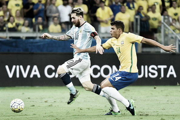 Thiago Silva marca Messi durante o jogo dessa quinta-feira (Foto: Ricardo Botelho/LatinContent/Getty Images)