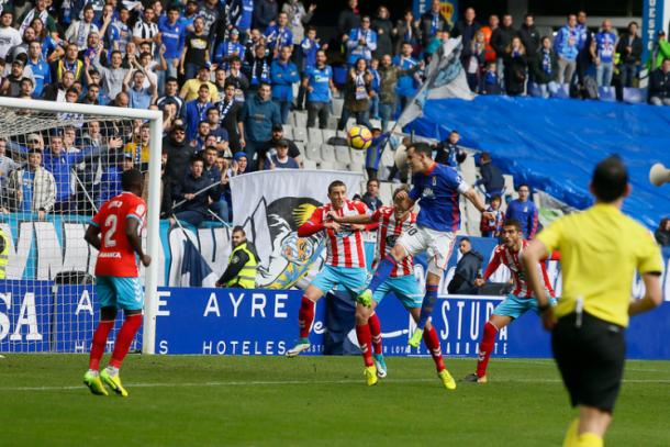 Miguel Linares, remata de cabeza ante el Lugo. | Imagen: Real Oviedo