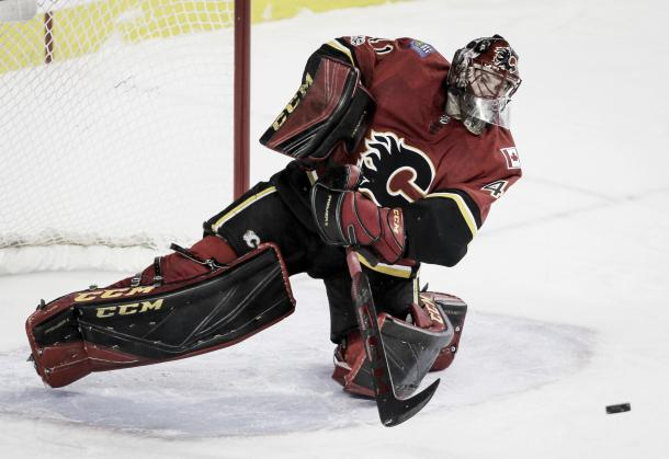 Mike Smith can still shoot the puck, but stopped every shot vs his old team on November 30, 2017. (Photo: Lyle Aspinall/The Canadian Press via AP)