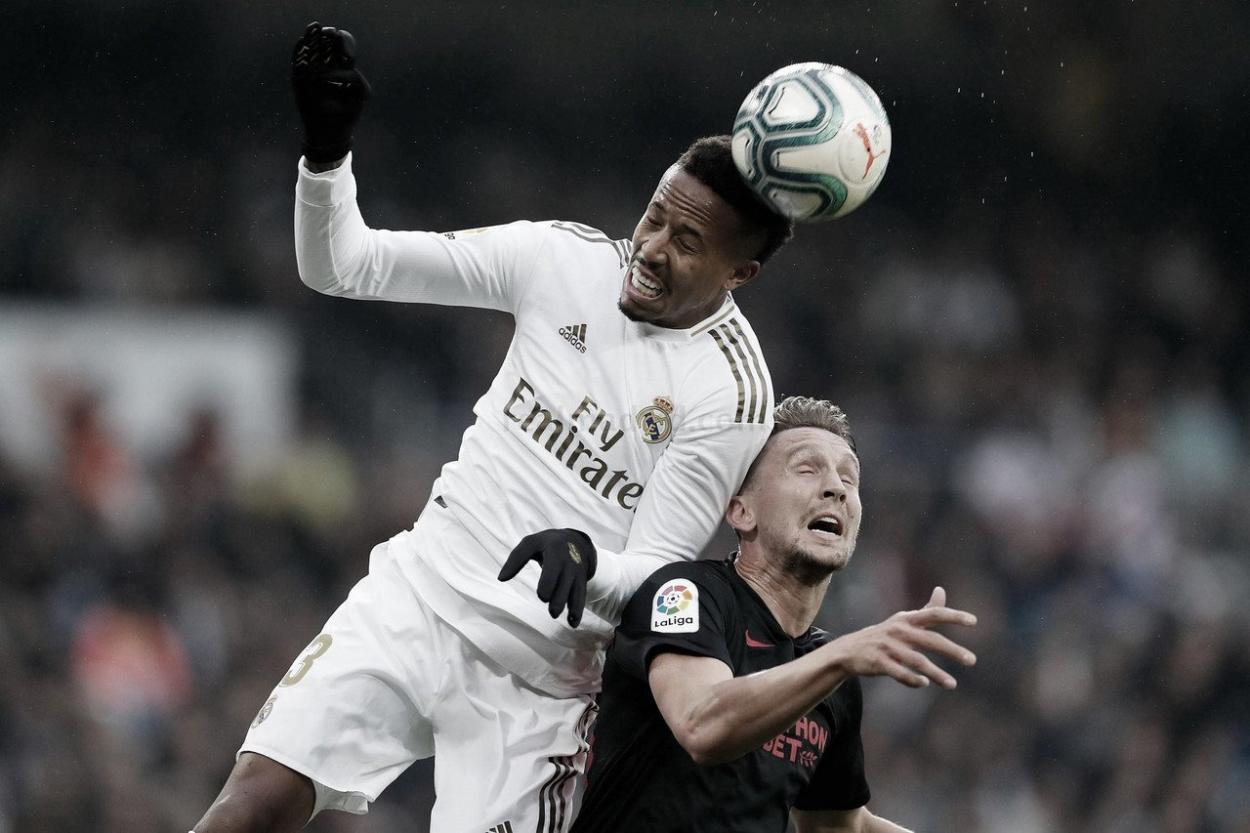 Militão en una disputa de balón con De Jong | Fuente: VAVEL