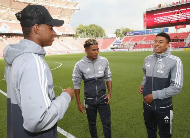 Rashford (esq.), Mitchell (centro) e Lingard (dir.): revelados no United e hoje no time profissional (Foto: John Peters/Manchester United)