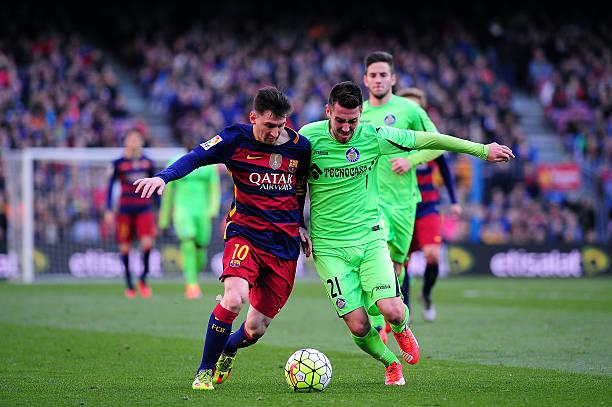 Moi Gómez, en el Getafe, disputando el balón con Messi  // Fuente: Getty Images