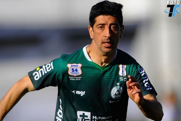 """""""Kily"""" González disputa un encuentro en las filas del Club Plaza Colonia/ Imagen. Tenfield.com"""