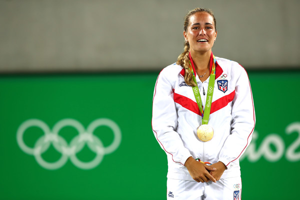 Monica Puig listens to the first ever playing of the national anthem of Puerto Rico at the Olympic Games after winning the women's singles gold medal match at the Rio 2016 Olympic Games. | Photo: Clive Brunskill/Getty Images South America