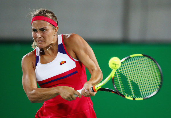 Monica Puig celebrates hits a backhand during her women's singles gold medal match against Angelique Kerber on Day 8 of the Rio 2016 Olympic Games. | Photo: Clive Brunskill/Getty Images South America