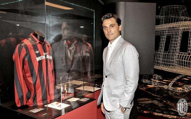 Montella posa para foto ao lado da camisa de Van Basten, ex-atacante do Milan (Foto: Divulgação/Milan)