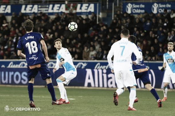 Mosquera trata de controlar la pelota ante el Alavés | Imagen vía RC Deportivo