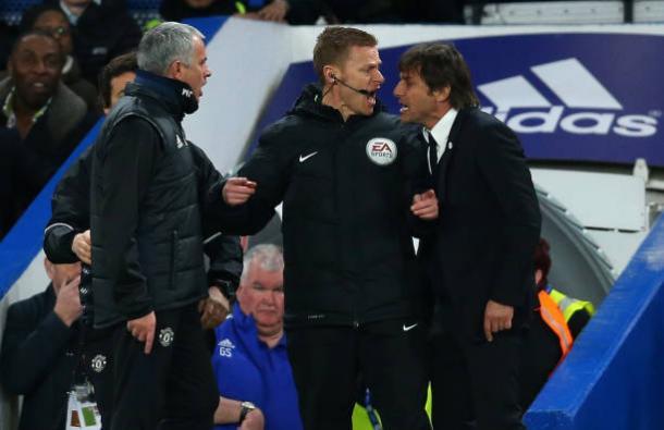 Mourinho (esq.) e Conte (dir.) se estranharam no duelo da última FA Cup (Foto: Catherine Ivill – AMA/Getty Images)
