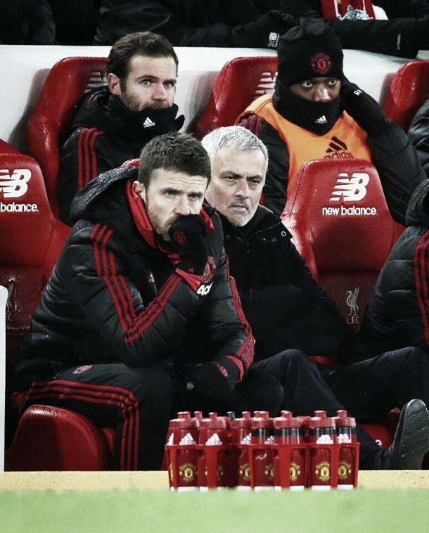 Do banco, Mourinho assiste a derrota para o Liverpool (Reprodução / MUFC)