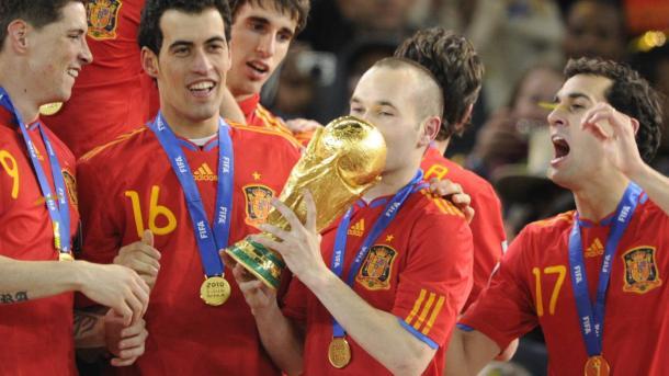 Andrés Iniesta levanta la Copa del Mundo 2010 en Sudáfrica. Foto: AFP