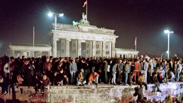 Momento em que alemães tomaram conta do Muro de Berlim (Foto: Gerard Malie / AFP)