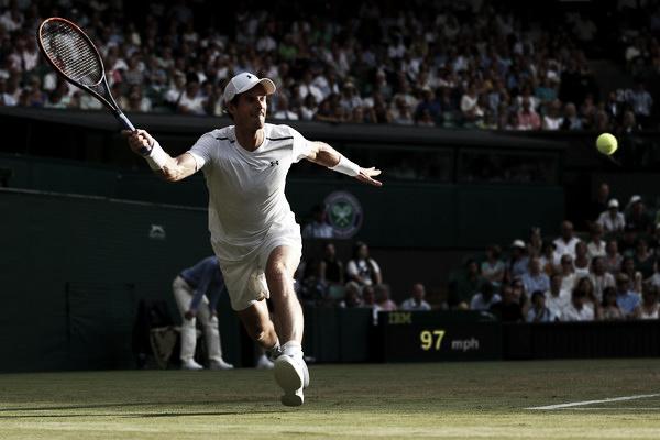 Murray golpeando una bola desde el fondo de pista   Foto: Zimbio