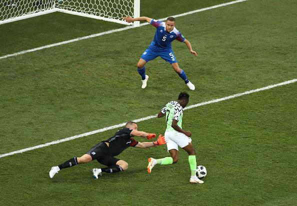 Halldórsson e Ingason tentaram, mas não conseguiram parar Ahmed Musa (Foto: Kevin C. Cox/Getty Images)