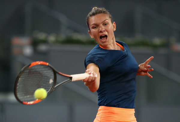 Simona Halep hits a forehand | Photo: Julian Finney/Getty Images Europe
