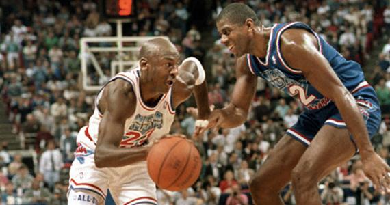 Michael Jordan (23), atacando a Magic Johnson (32) durante el All-Star de 1992.   Fotografía: NBA