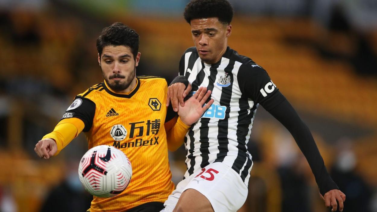 Pedro Neto y Jamal Lewis disputando el balón. Fuente: Premier League