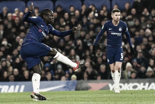 Kanté chuta firme e coloca Blues na frente (Reprodução / Chelsea)