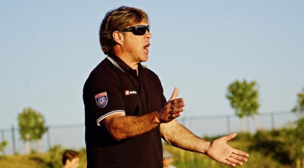 Caligiuri dirigiendo al equipo de la universidad Cal Poly | Imagen: goalnation.com