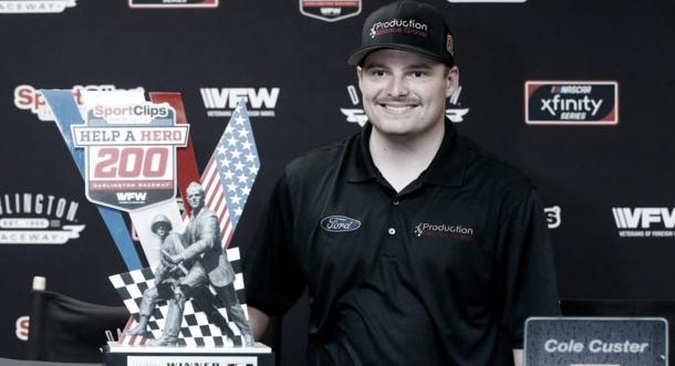 Custer recibiendo el trofeo / Foto: NASCAR Website