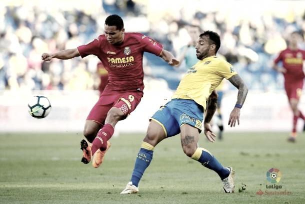 Carlos Bacca y Míchel Macedo en un lance de juego. | Foto: LaLiga