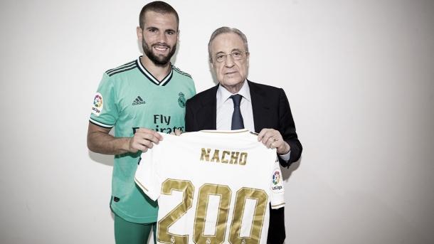 Nacho posando con Florentino Pérez y su camiseta conmemorativa de 200 partidos | Fuente: @realmadrid