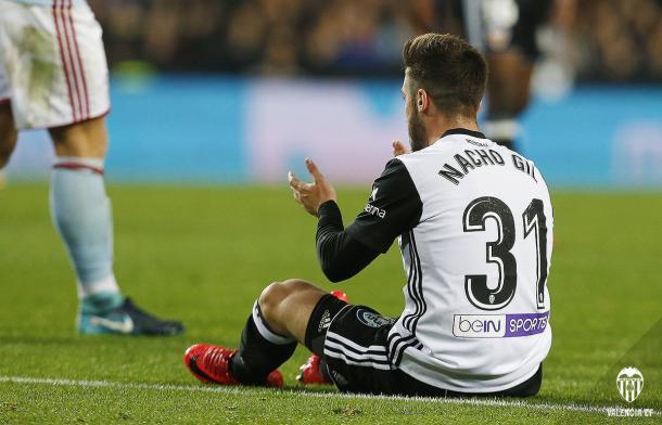 Nacho Gil en el suelo tras el penalty que sufrió | Fotografía: Valencia CF