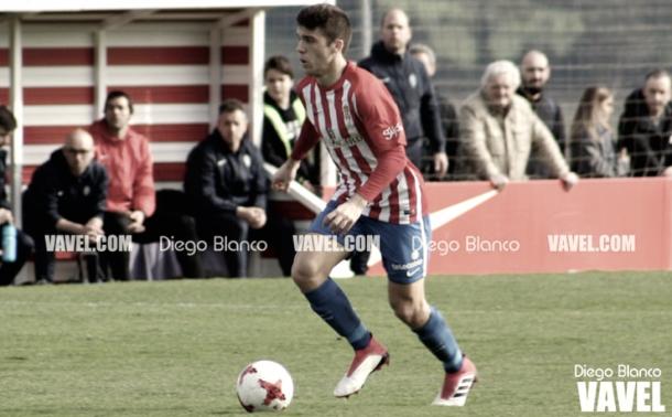Nacho Méndez controlando un balón. | Imagen: Diego Blanco-VAVEL.