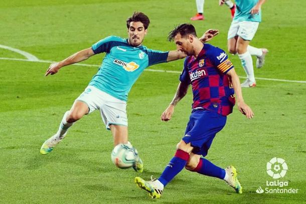 Nacho Vidal y Messi peleando el balón en el Camp Nou   Fuente: LaLiga Santander