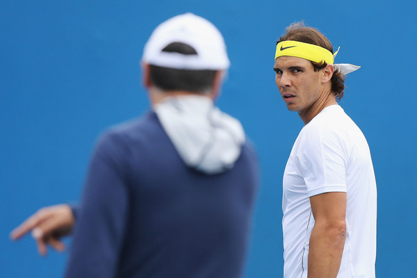 Toni Nadal gives instructions to Rafael (facing) during a practice (Photo: Michael Dodge/Getty Images)
