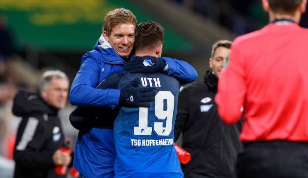 Nagelsmann e Uth comemorando o gol do atacante, que deu a vitória