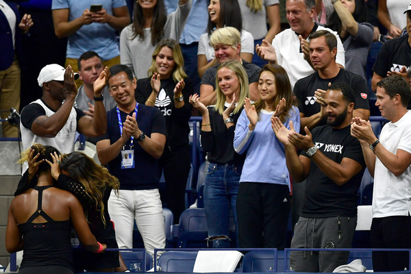 One of the most touching moments of the U.S. Open: Naomi Osaka celebrates her victory with her mother Tamaki, with her team watching in the background. | Photo: Sarah Stier/Getty Images