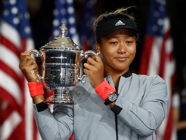 Naomi Osaka posing alongside her US Open title | Photo: Julian Finney/Getty Images North America