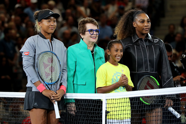 Williams and Osaka alongside Billie Jean King at the net before the match | Photo: Elsa/Getty Images North America