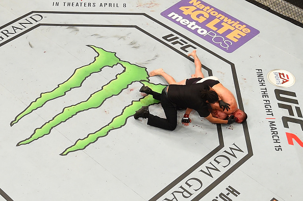 Nate Diaz chokes out Conor McGregor   Photo: Getty