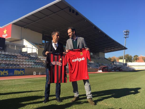 Natxo Gonzalez (izq.) y Vicente Moreno ofrecieron una rueda de prensa conjunta en el cesped del Estadi Municipal de Reus. (Foto: CF Reus)