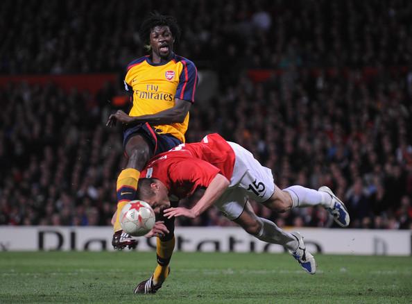 Vidic jugándose el físico en un partido de Champions League ante el Arsenal. Foto: Zimbio