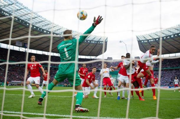 Cabeceio de Poulsen que parou nas mão de Neuer (Foto: Reprodução/Bayern de Munique)