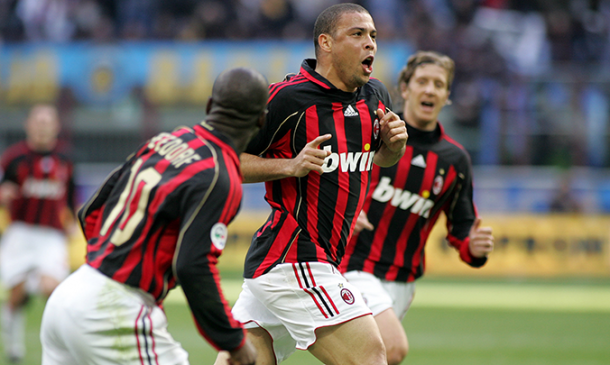 Ronaldo celebrando un gol con Seedorf en el Milán. Fuente: AC Milán