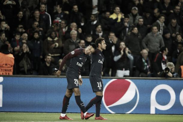 Neymar felicita a Mbappé por el gol. Foto: twitter.com/PSG_Inside
