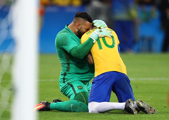 Neymar e Weverton se emocionam com título inédito no futebol (Foto: Clive Mason/Getty Images)