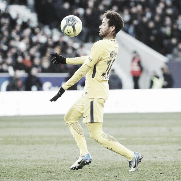 Neymar baja la pelota ante el Toulouse. Foto: PSG.