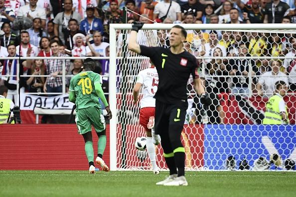 Szczesny reclama, enquanto Niang comemora o segundo gol senegalês em Moscou (Foto: Franck Fife/AFP/Getty Images)