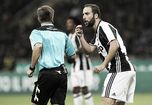 Higuaín reclama com Rizzoli o lance do gol anulado (Foto: Marco Luzzani/Getty Images)