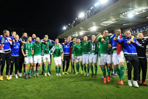 Jugadores de Irlanda del Norte celebran la clasificación para la Eurocopa   Fotografía: Mark Leech// Getty Images