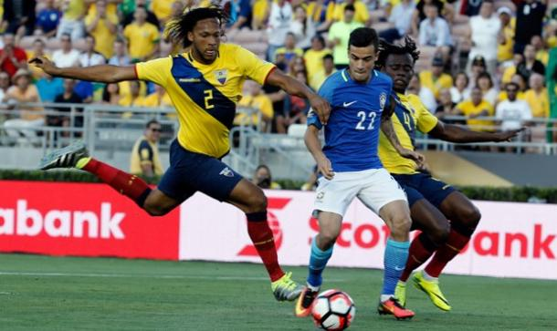Brazil's Philippe Coutinho attempting to get by two Ecuadorian defenders on Saturday at the Rose Bowl. Photo provided by EFE.
