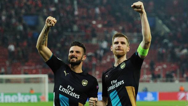 Giroud y Mertesacker (Arsenal.com)