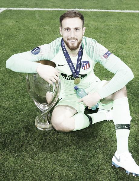 Oblak, con la Supercopa de Europa. | Foto: Club ATlético de Madrid