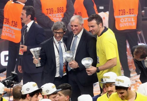 Josep Maria Izquierdo y Zeljko Obradovic celebrando el título de campeones de la Euroliga de la campaña pasada | Foto: Euroleague