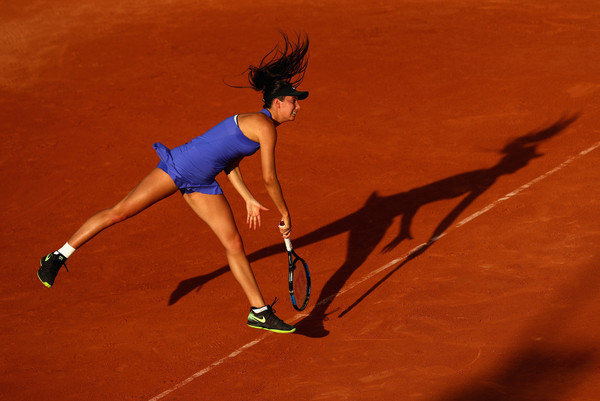 Oceane Dodin's serve was inconsistent today | Photo: Clive Brunskill/Getty Images Europe