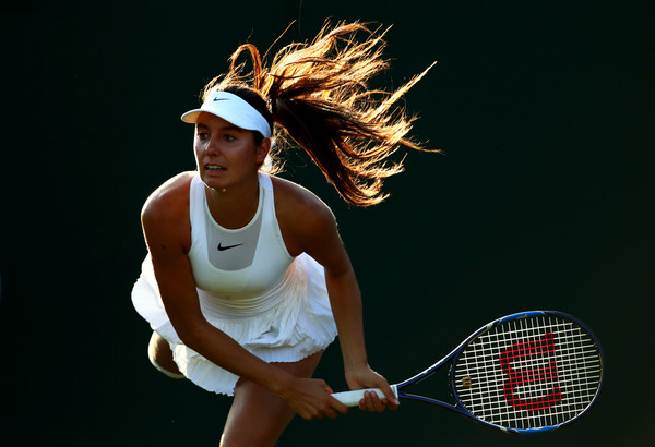 Oceane Dodin serves at the Wimbledon Championships | Photo: Clive Brunskill/Getty Images Europe